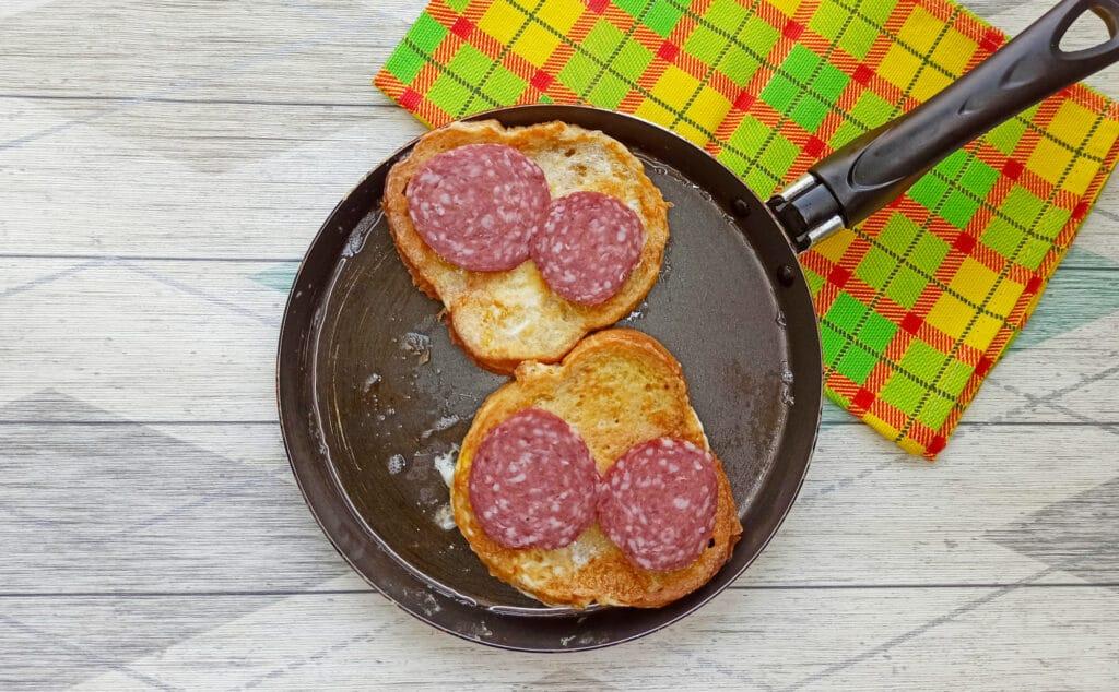 Фото рецепта - Горячий бутерброд с яйцом и сыром - шаг 5