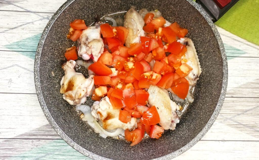 Фото рецепта - Чахохбили из куриных крылышек на сковороде - шаг 5