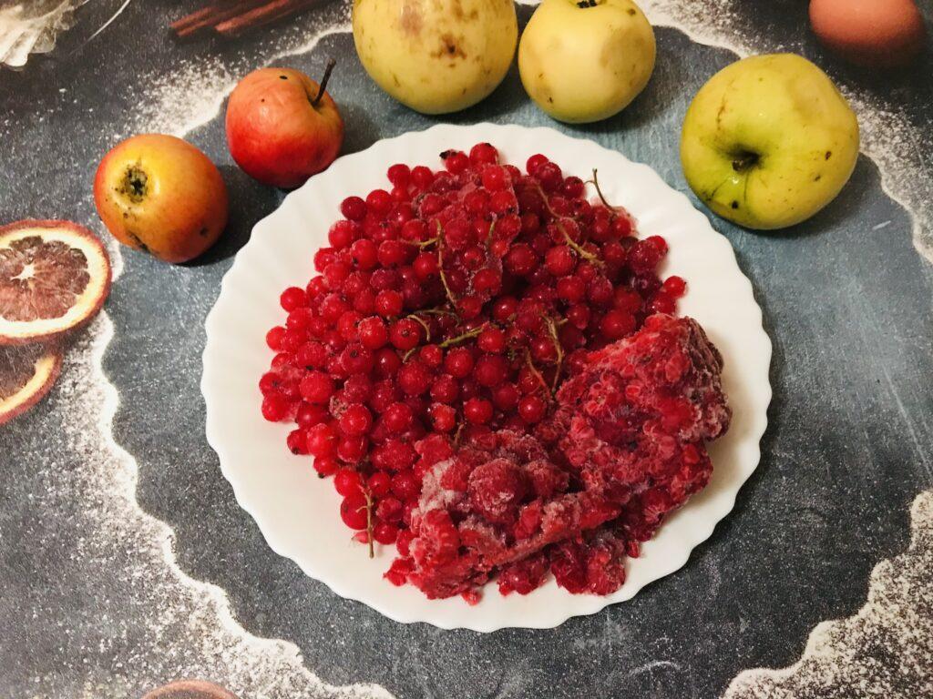 Фото рецепта - Домашний компот из яблок, малины и красной смородины - шаг 1