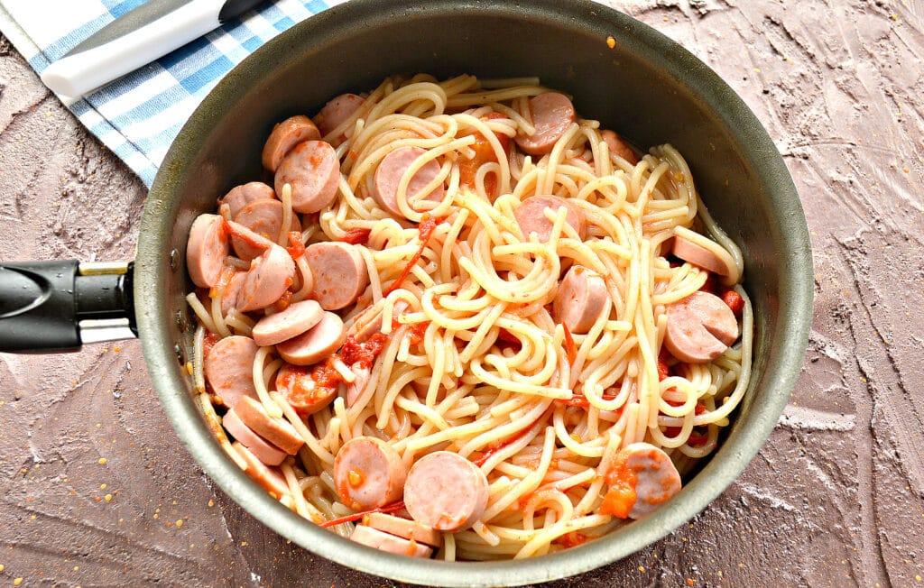 Фото рецепта - Спагетти на сковороде с помидорами и сосисками - шаг 6