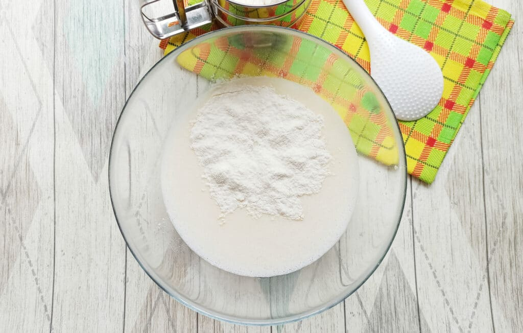 Фото рецепта - Домашние блинчики с творогом и изюмом - шаг 6