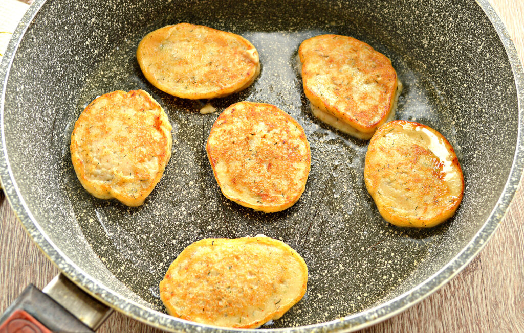 Фото рецепта - Оладьи из картошки на сковороде - шаг 6