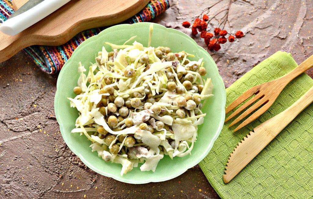 Фото рецепта - Мясной салат с капустой и горошком - шаг 6