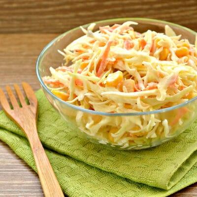 Капустный салат с кукурузой и пикантной заправкой - рецепт с фото