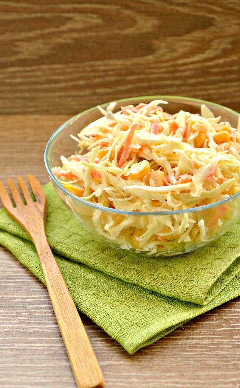 Капустный салат с кукурузой и пикантной заправкой