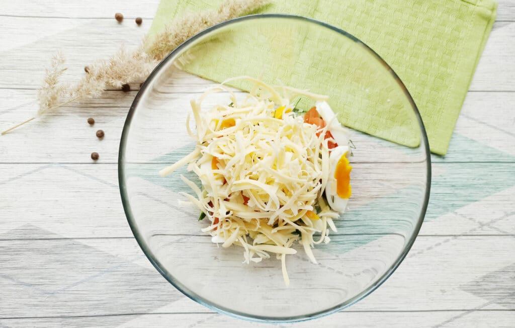 Фото рецепта - Салат с консервированным тунцом и сыром - шаг 6