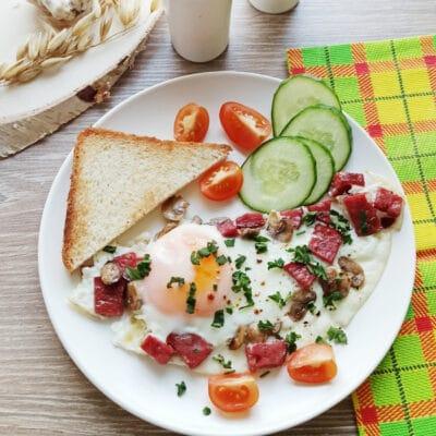 Яичница с шампиньонами и колбасой - рецепт с фото