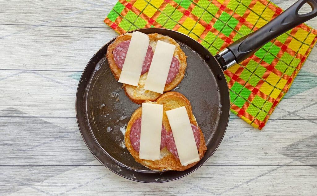 Фото рецепта - Горячий бутерброд с яйцом и сыром - шаг 6