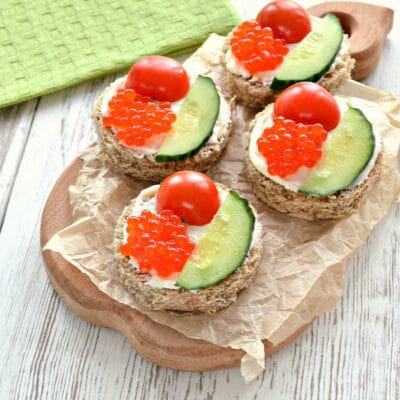 Бутерброды с икрой и черри - рецепт с фото