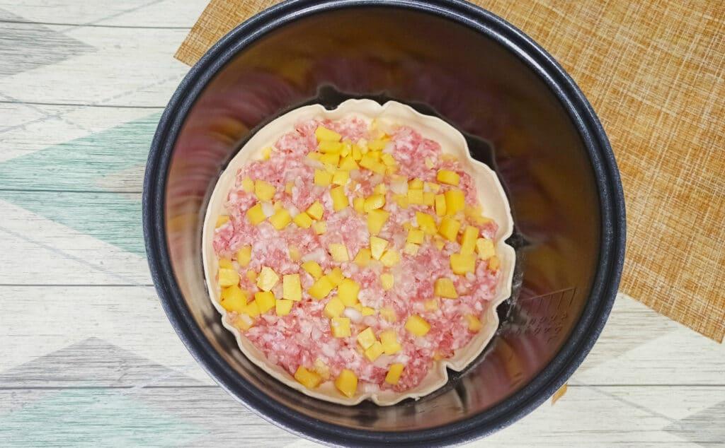 Фото рецепта - Пирог из слоеного теста с картофелем и фаршем в мультиварке - шаг 6