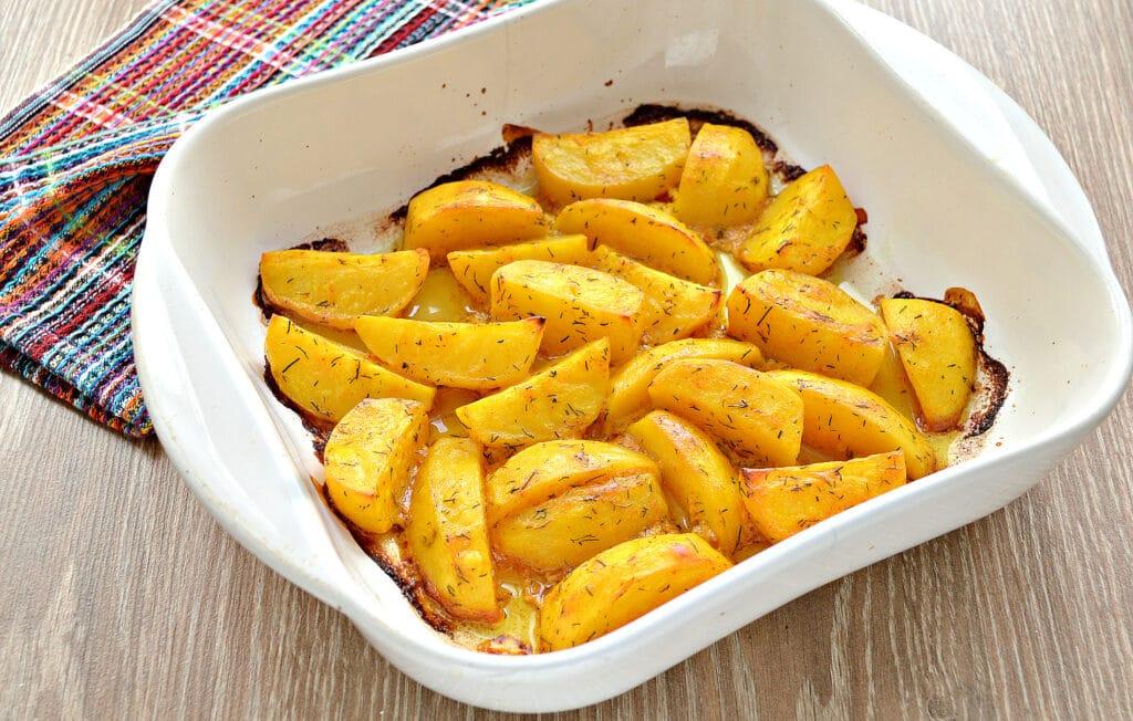 Фото рецепта - Запеченный картофель со сметаной в духовке - шаг 6