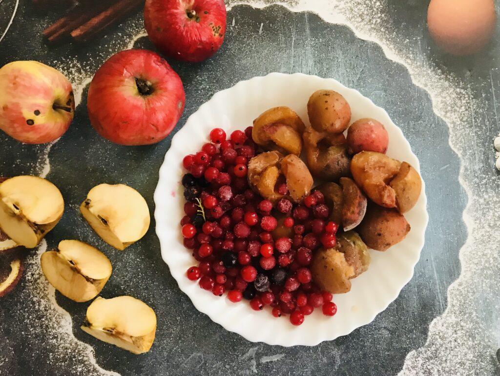 Фото рецепта - Компот из свежих яблок, замороженных абрикосов и смородины - шаг 1