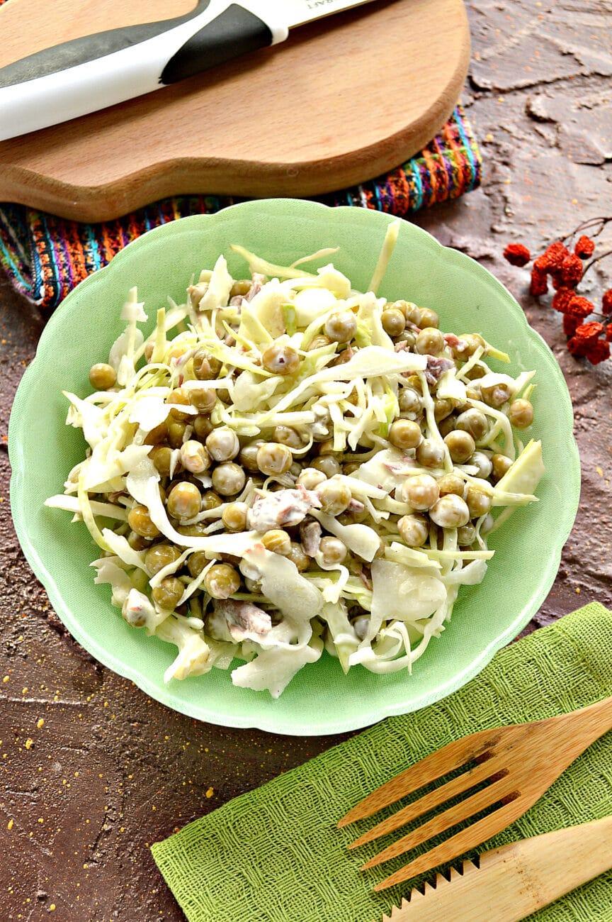 Мясной салат с капустой и горошком