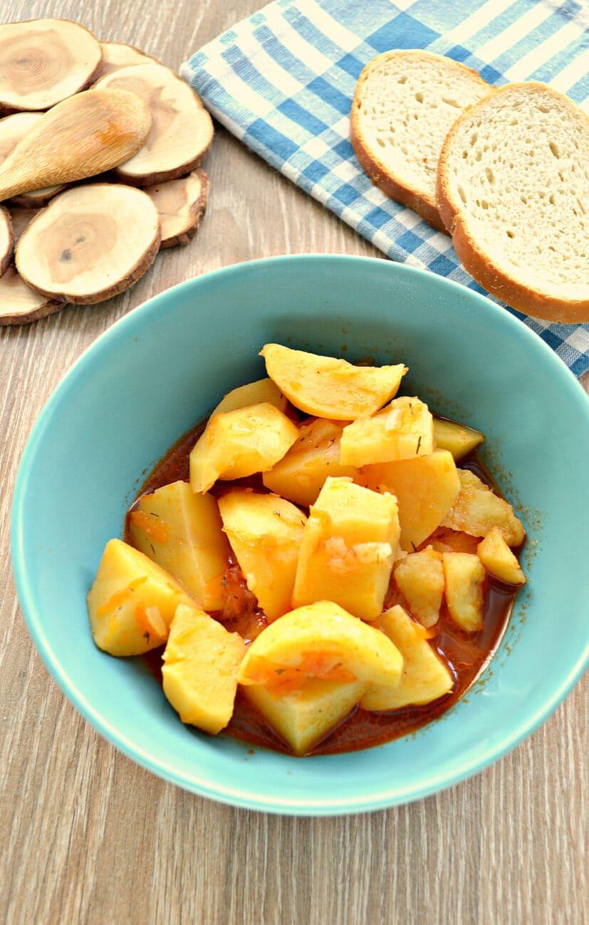 Картофель тушёный в мультиварке с солёными огурцами