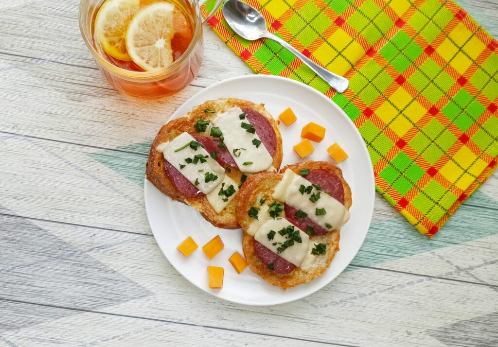 Фото рецепта - Горячий бутерброд с яйцом и сыром - шаг 7