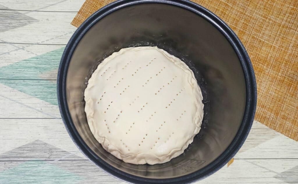 Фото рецепта - Пирог из слоеного теста с картофелем и фаршем в мультиварке - шаг 7