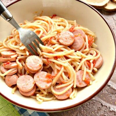 Спагетти на сковороде с помидорами и сосисками - рецепт с фото