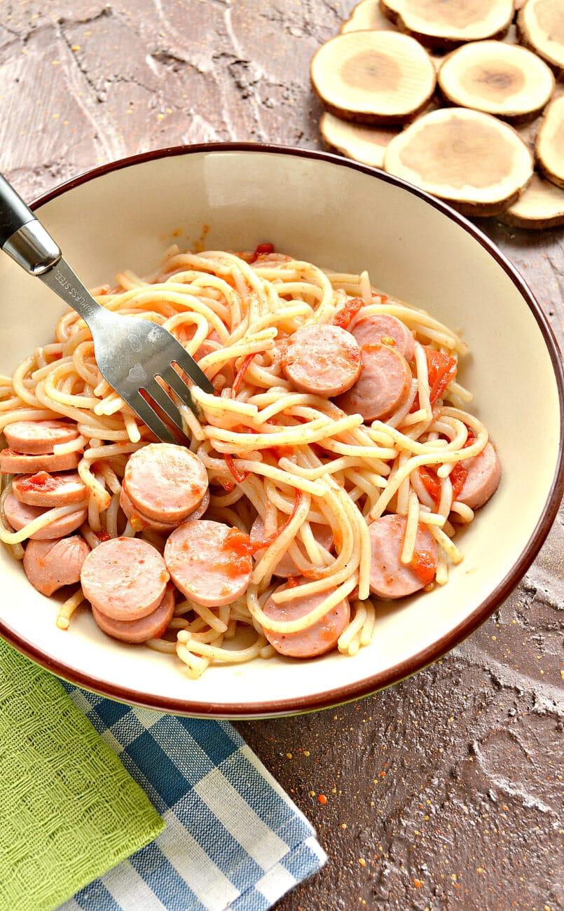 Спагетти на сковороде с помидорами и сосисками