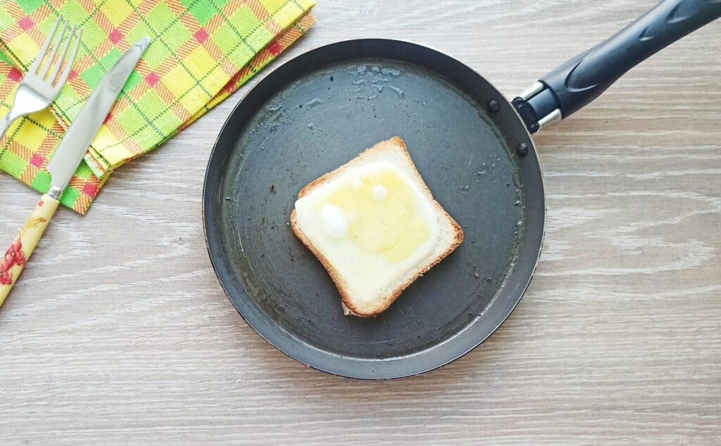 Фото рецепта - Сэндвич с яйцом и плавленым сыром - шаг 7