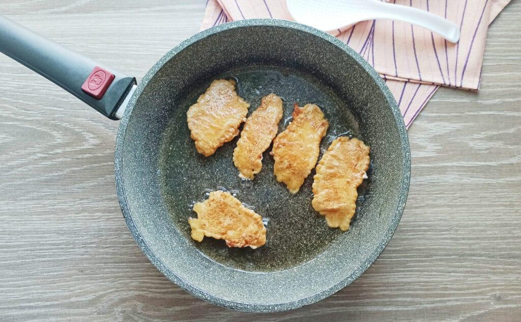 Фото рецепта - Стрипсы из куриной грудки в кляре - шаг 7