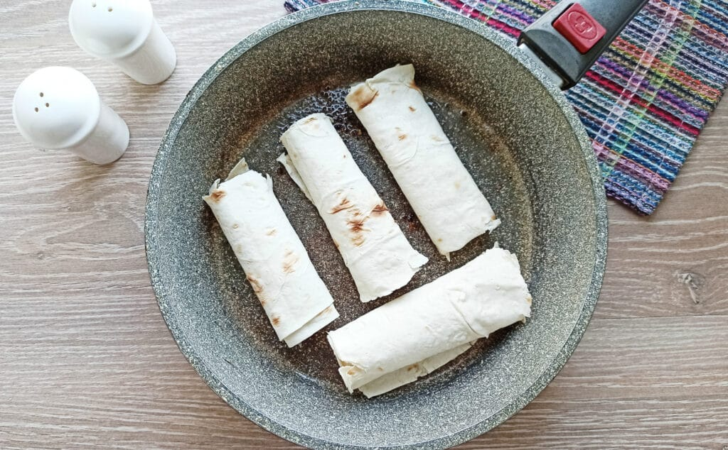 Фото рецепта - Мясные рулеты из лаваша - шаг 8