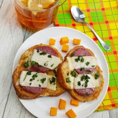 Горячий бутерброд с яйцом и сыром - рецепт с фото
