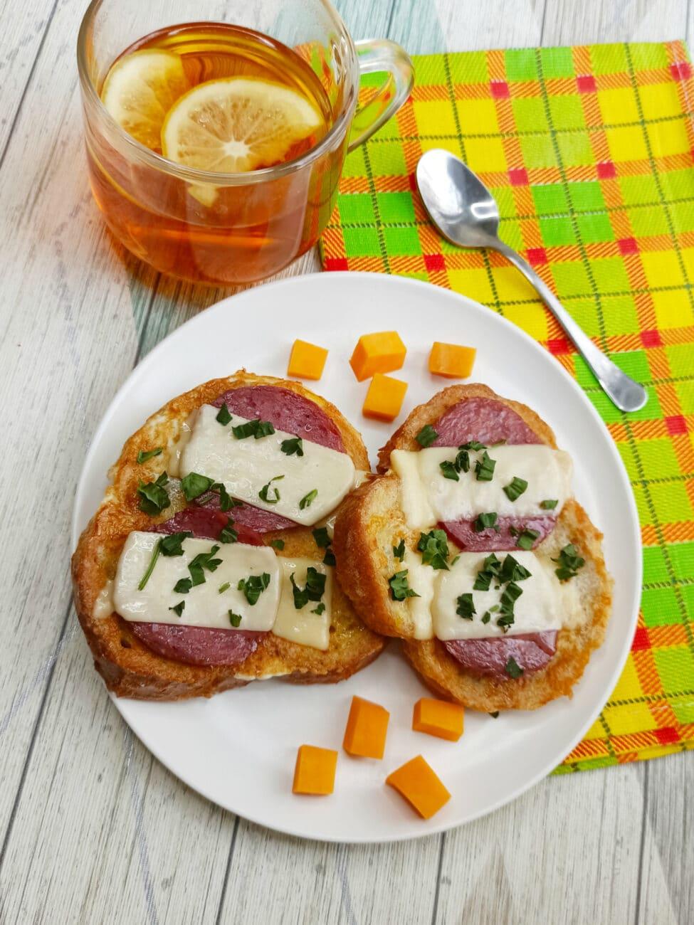 Горячий бутерброд с яйцом и сыром