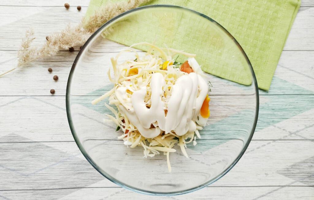 Фото рецепта - Салат с консервированным тунцом и сыром - шаг 8