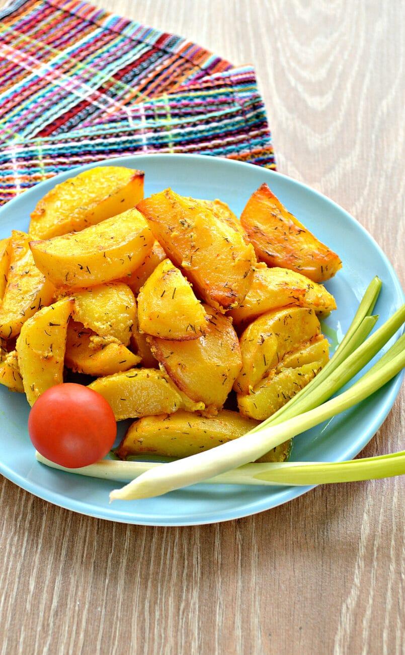 Запеченный картофель со сметаной в духовке