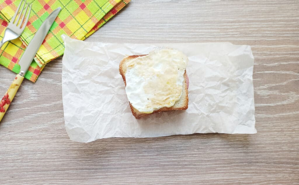 Фото рецепта - Сэндвич с яйцом и плавленым сыром - шаг 8