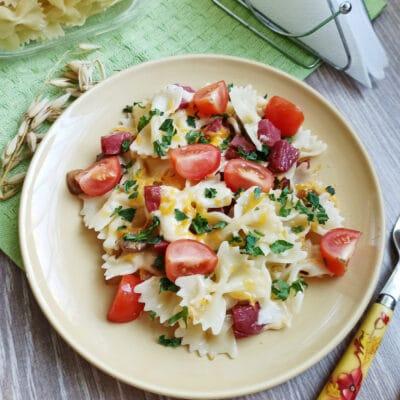 Макароны с грибами, колбасой и сыром на сковороде - рецепт с фото