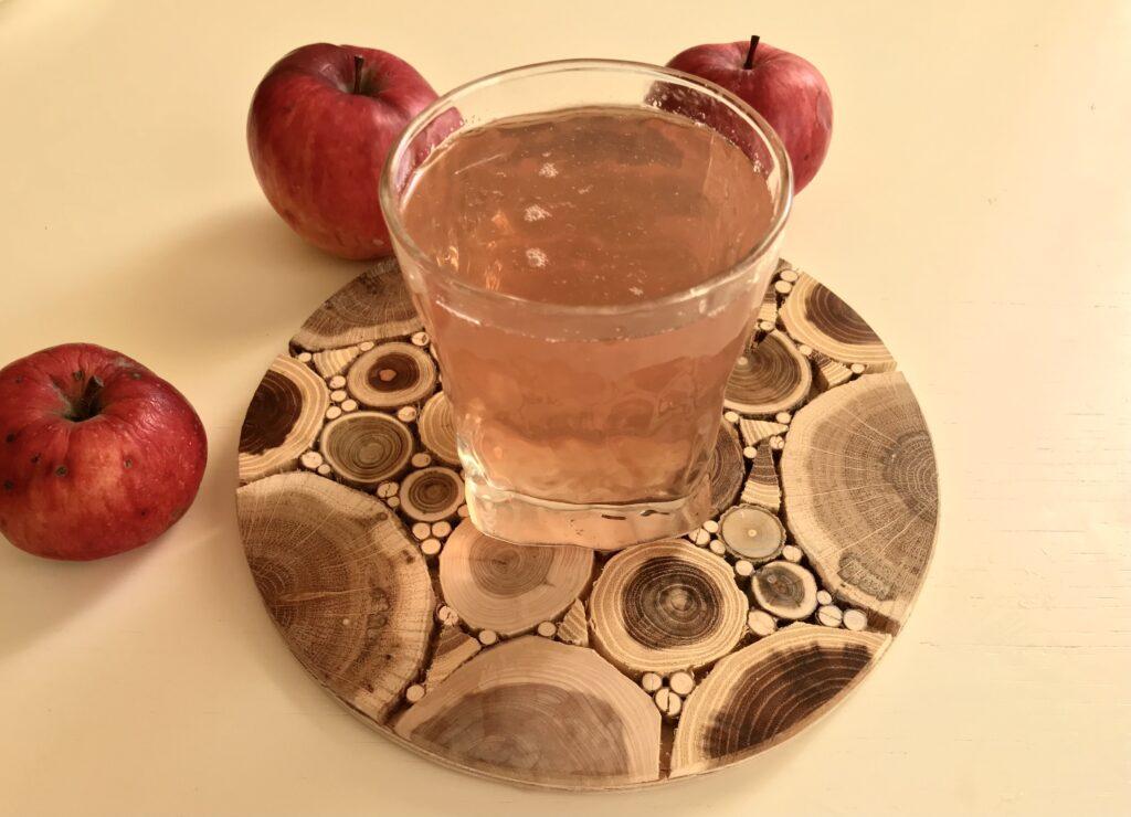 Фото рецепта - Компот из свежих яблок, замороженных абрикосов и смородины - шаг 5