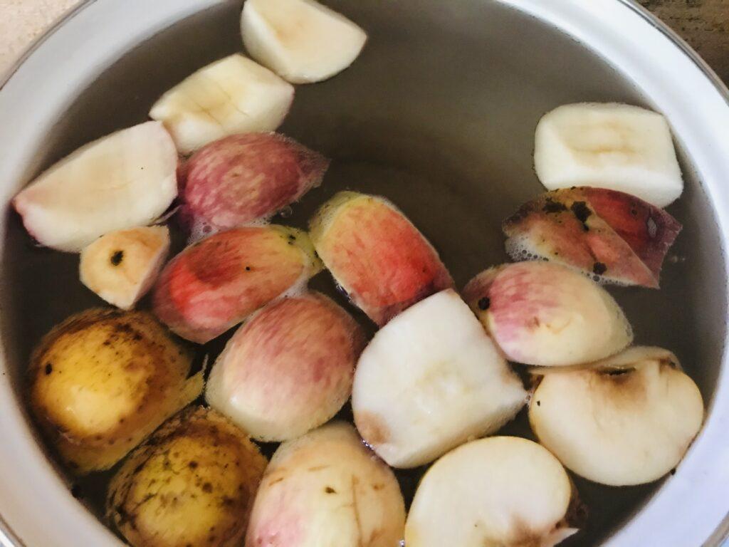 Фото рецепта - Компот из свежих яблок, замороженных абрикосов и смородины - шаг 2
