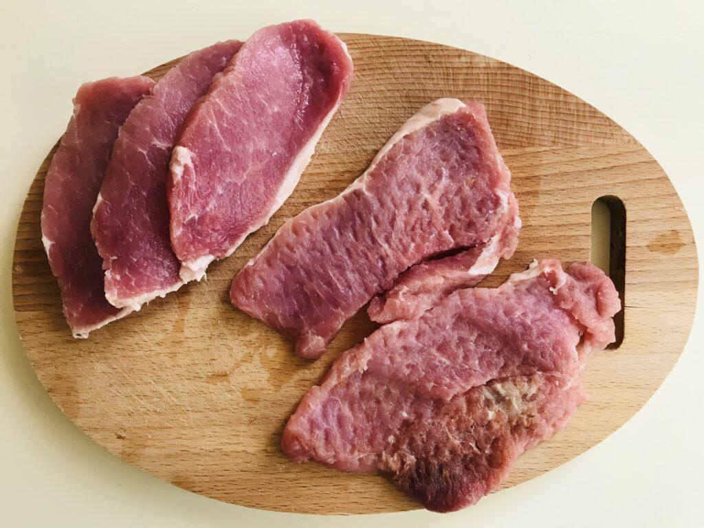 Фото рецепта - Запечённые отбивные из свинины с луком и болгарским перцем - шаг 1
