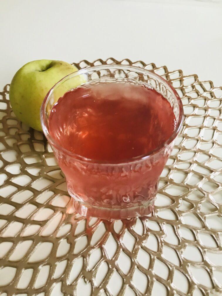 Фото рецепта - Домашний компот из яблок, малины и красной смородины - шаг 6
