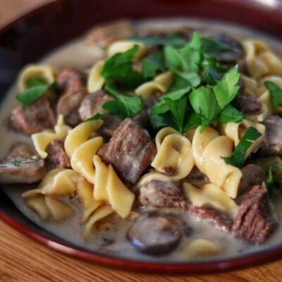 Бефстроганов с грибами и макаронами в мультиварке - рецепт с фото