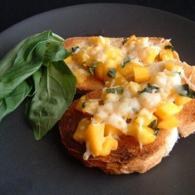 Брускетта с манго и сыром - рецепт с фото