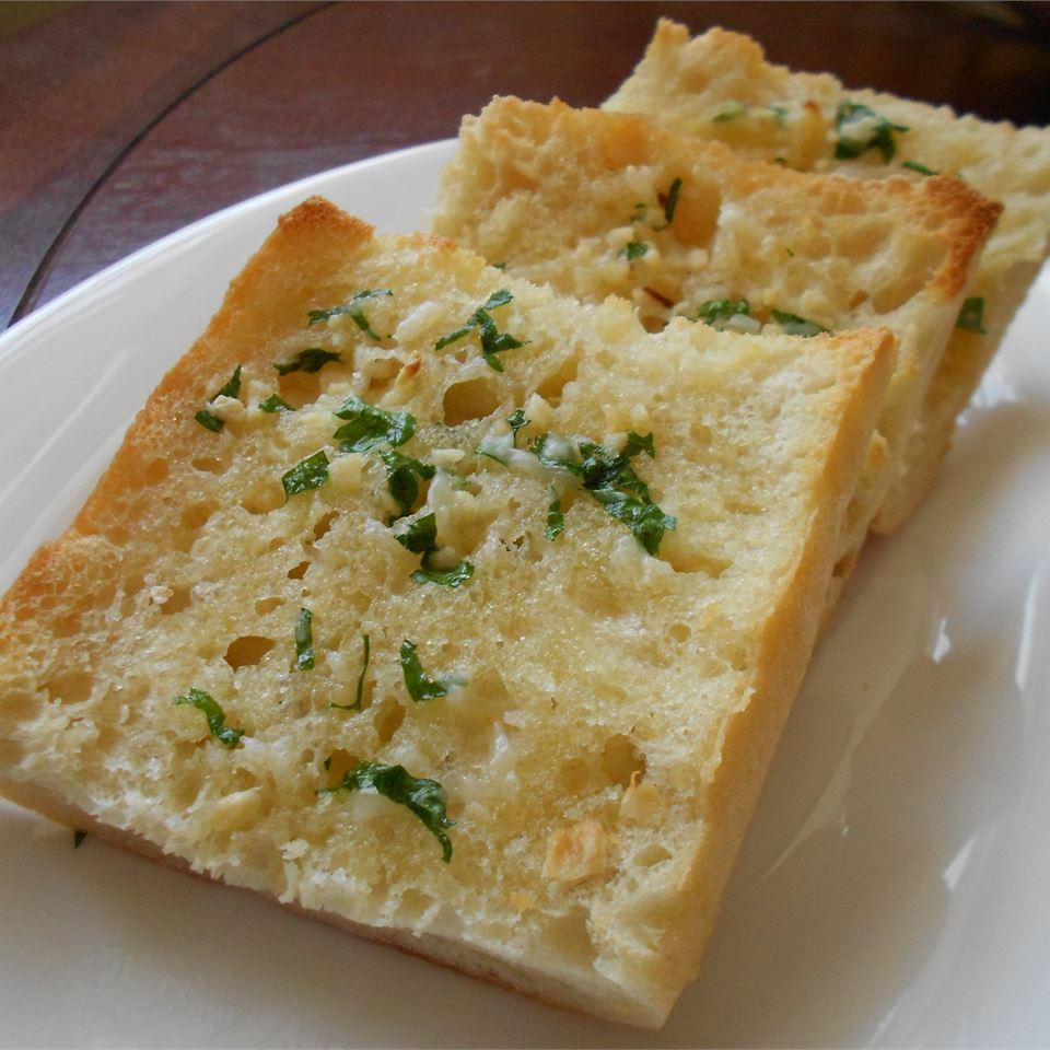 Запеченный хлеб с чесночно-сырной пастой