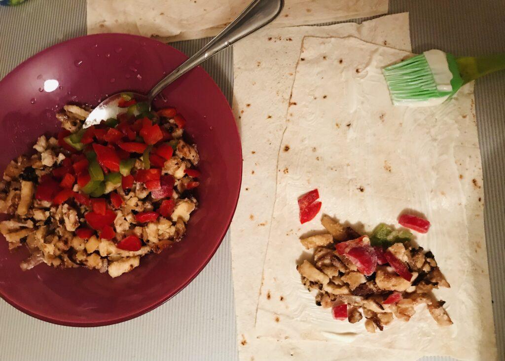 Фото рецепта - Мини-рулеты из лаваша и курицы - шаг 5