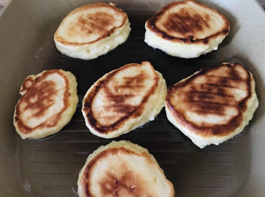 Фото рецепта - Творожные оладьи на сковороде гриль - шаг 6