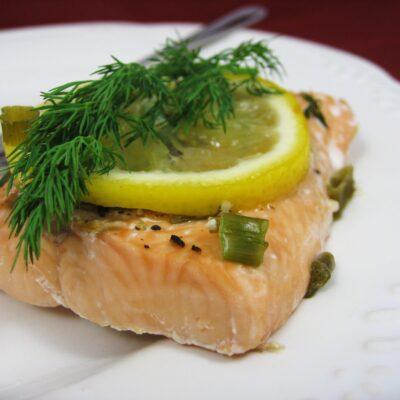 Целая рыба, запеченная в фольге в чесночном маринаде - рецепт с фото
