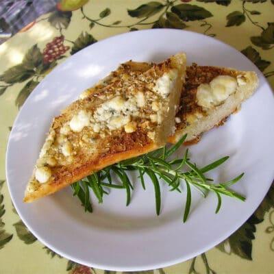 Хлеб с голубым сыром и розмарином - рецепт с фото