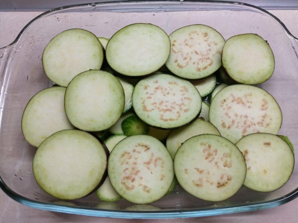 Фото рецепта - Куриные бедра с кабачками, баклажанами и помидорами - шаг 2