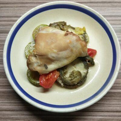Куриные бедра с кабачками, баклажанами и помидорами - рецепт с фото
