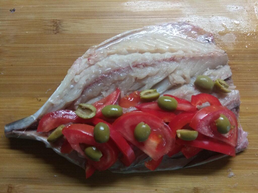 Фото рецепта - Скумбрия, фаршированная помидорами и болгарским перцем - шаг 4