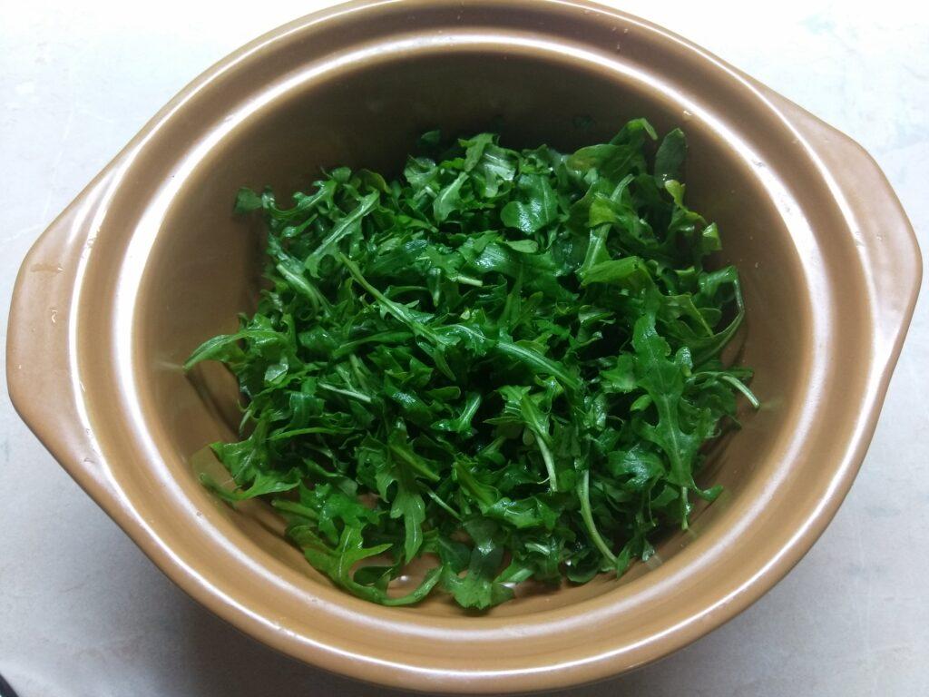 Фото рецепта - Свежий салат с рукколой, яблоками и пармезаном - шаг 1