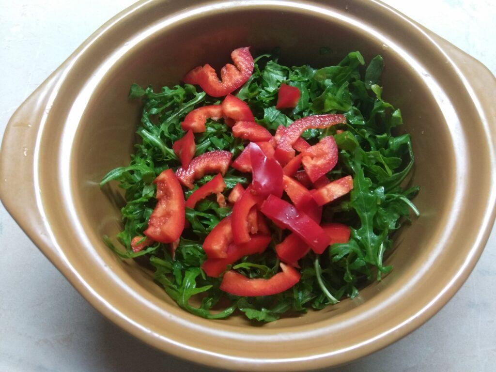 Фото рецепта - Свежий салат с рукколой, яблоками и пармезаном - шаг 2