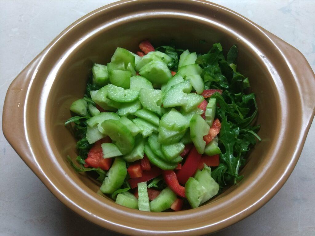 Фото рецепта - Свежий салат с рукколой, яблоками и пармезаном - шаг 3