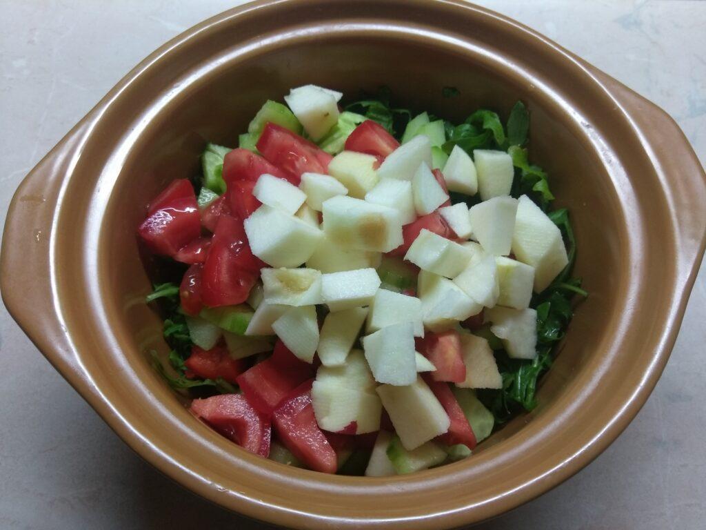 Фото рецепта - Свежий салат с рукколой, яблоками и пармезаном - шаг 4