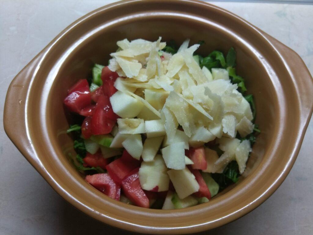Фото рецепта - Свежий салат с рукколой, яблоками и пармезаном - шаг 5